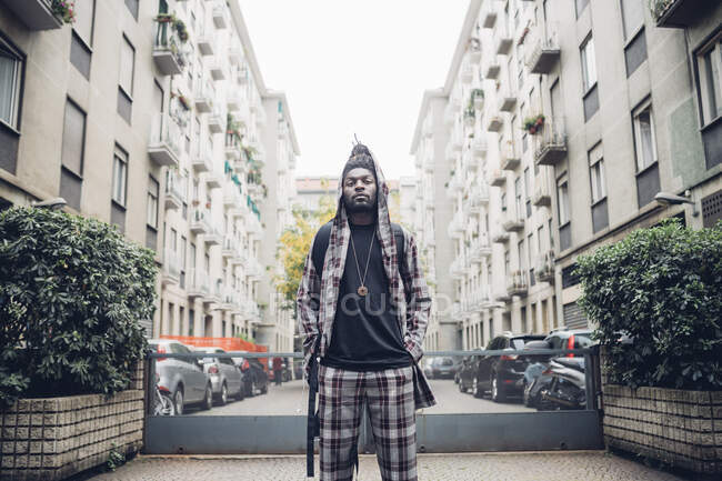 Homem confiante de pé com as mãos nos bolsos na cidade — Fotografia de Stock