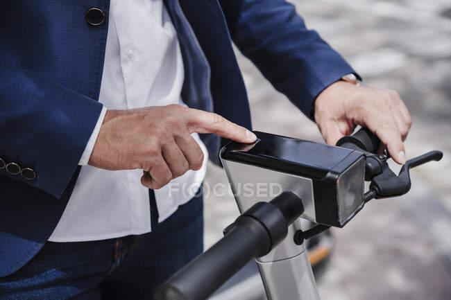 Бизнесмен на электроскутере — стоковое фото