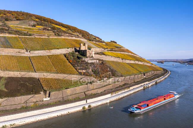 Морское судно в реке Рине в Гессене, Германия — стоковое фото