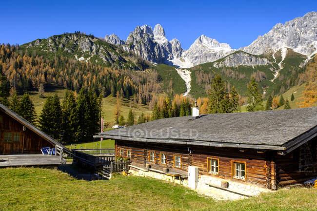 Rustic farmhouse in Dachstein Mountains — Stock Photo