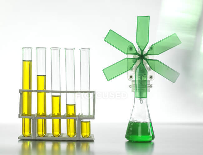 Нафта в пробних трубках, з зеленою турбіною на столі. — стокове фото