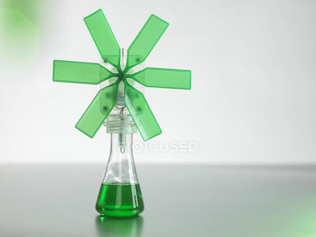 Turbina eolica verde in becher sul tavolo — Foto stock