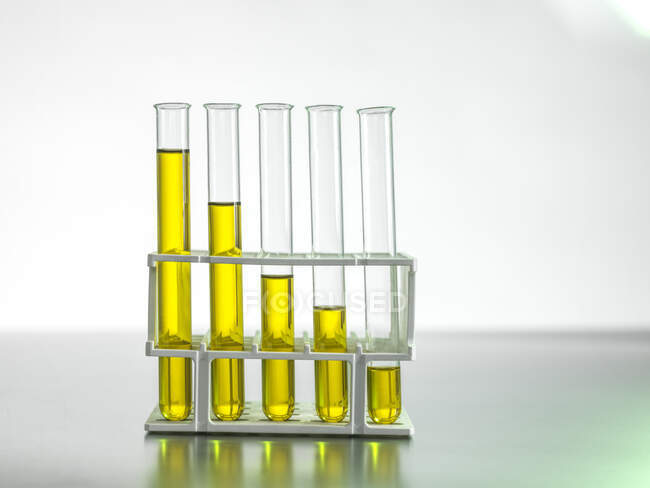 Випробування нафти на столі. — стокове фото