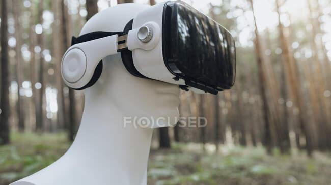 Robot che utilizza il simulatore di realtà virtuale nella foresta — Foto stock