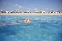 Жінки, які плавають у моря з пляжем у фоновому режимі, Флорида, США — стокове фото