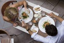 Draufsicht des Paares im restaurant — Stockfoto
