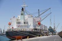 Grues de chargement des navires porte-conteneurs — Photo de stock