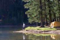 Вид збоку людини, що риболовля на озері похід — стокове фото