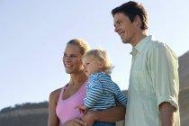 Deux générations famille debout sur la plage, mère fille comptable — Photo de stock