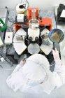Відображення вчений у кремнієвої пластини поруч з мікроскопом в лабораторії чистого приміщення — стокове фото