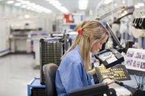 Técnico de análise impresso placa de circuito em alta tecnologia electrónica fabril — Fotografia de Stock