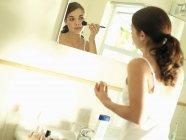Mädchen, die Anwendung mit Pinsel-Make-up — Stockfoto