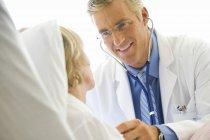 Доктор с помощью стетоскопа на зрелых пациента — стоковое фото