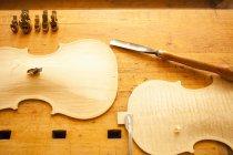 Вид сверху части скрипки на деревянный стол — стоковое фото