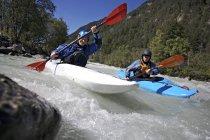 Фронтальний вид каякінг чоловіків у гірській річці — стокове фото