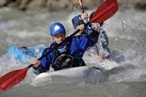 Vue de face d'hommes kayak en rivière de montagne — Photo de stock