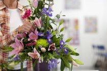 Frau, Blumen in die Blumenarrangement — Stockfoto