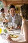 Metà età coppia Intrattenimenti al balcone del ristorante — Foto stock