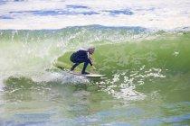 Вид кривой серфер верхом большие волны — стоковое фото