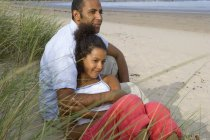 Couple assis sur la plage — Photo de stock