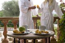 Frühstück mit Croissants und Kaffee am Tisch — Stockfoto