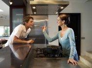 Geben eine Verkostung Lebensmittel mit einem Mann Frau — Stockfoto
