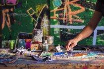 Hombres manos creando arte - foto de stock
