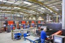 Travailleurs inspecter en aluminium léger raccord à des machines en usine — Photo de stock