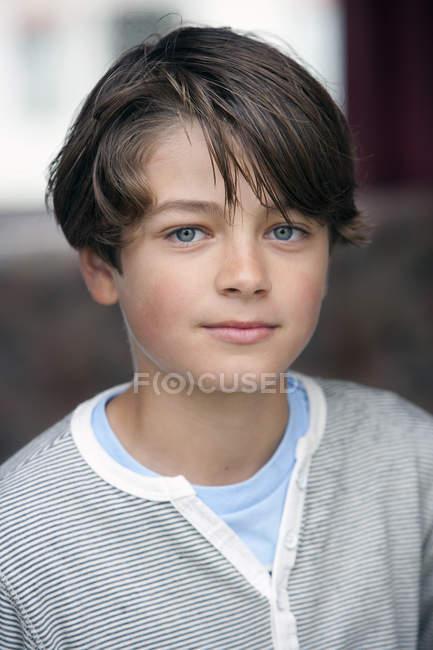 Ritratto di ragazzo brunetta con sfondo sfuocato — Foto stock