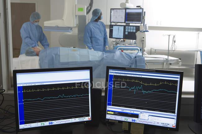 Médicos, digitalização de paciente em hospital, visual monitora em primeiro plano — Fotografia de Stock