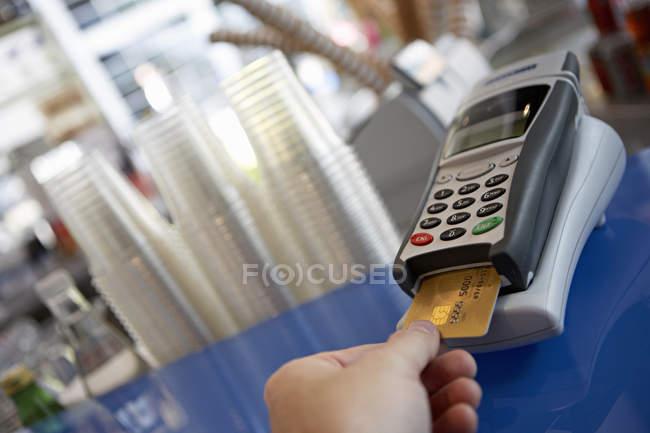 Nahaufnahme der Hand Kunden platzieren Bankkarte in Kreditkartenleser — Stockfoto