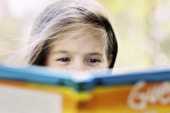 Ansicht des Mädchens Buch im freien — Stockfoto