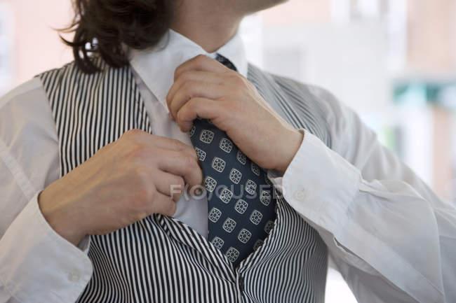 Homme, porter un gilet et chemise, cravate, close-up, Mid-section de réglage — Photo de stock