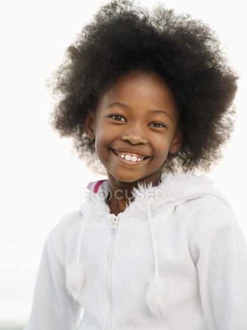 Вид спереди Топ девушка с афро носить белые и улыбается — стоковое фото