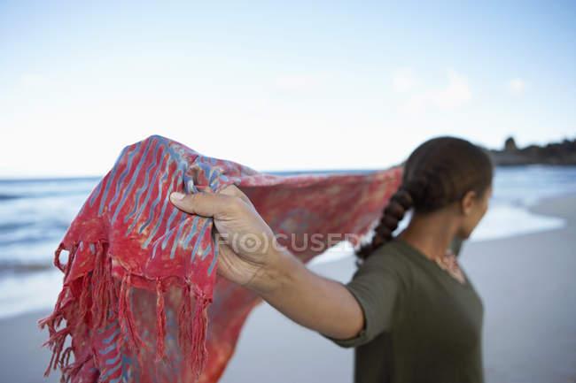 Жінка холдингу шаль за спиною — стокове фото