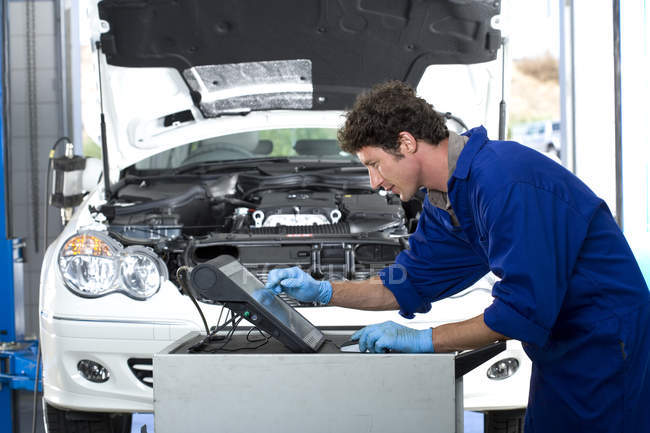 Car mechanic using computer — Stock Photo