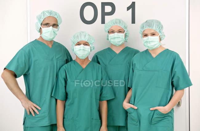 Retratos de médicos y enfermeras con peelings y mascarillas quirúrgicas - foto de stock