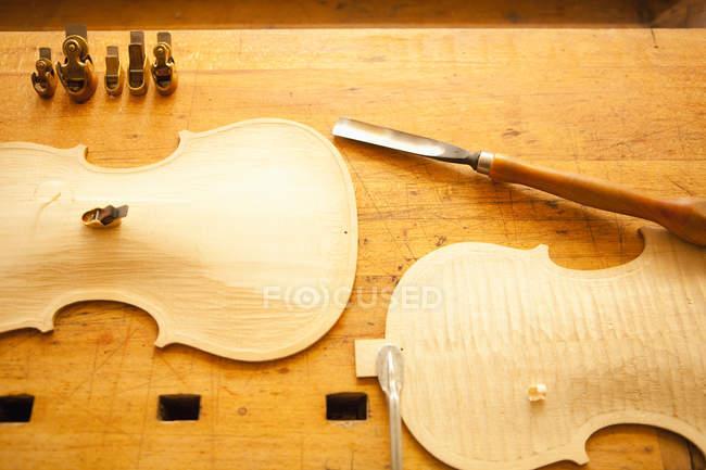 Ansicht von oben Teile einer Violine auf Holztisch — Stockfoto