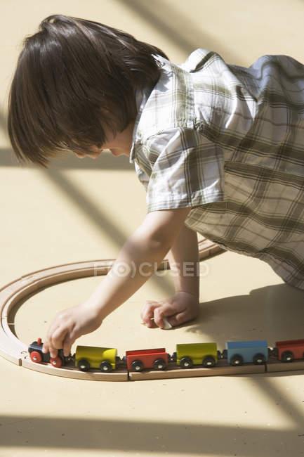 Garçon préscolaire jouant avec le train de jouet — Photo de stock