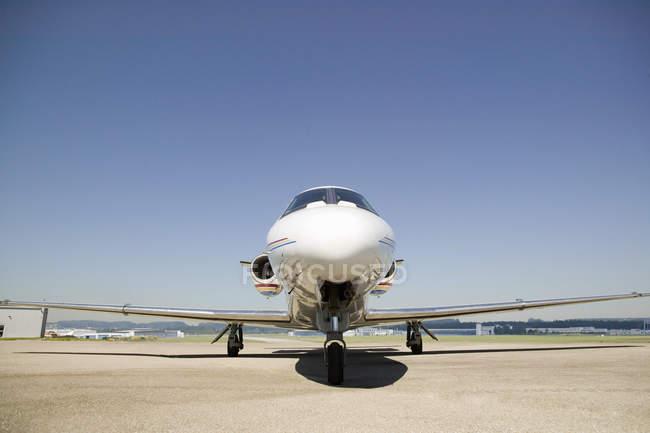 Moderne private Flugzeug auf der Landebahn am Flughafen an sonnigen Tag — Stockfoto