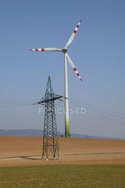 Vista de un motor de viento y una encuesta de potencia contra el cielo azul, St. Poelten, Austria - foto de stock