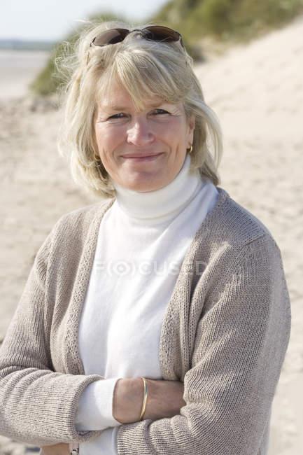 Портрет зріла жінка, стоячи на пляжі — стокове фото