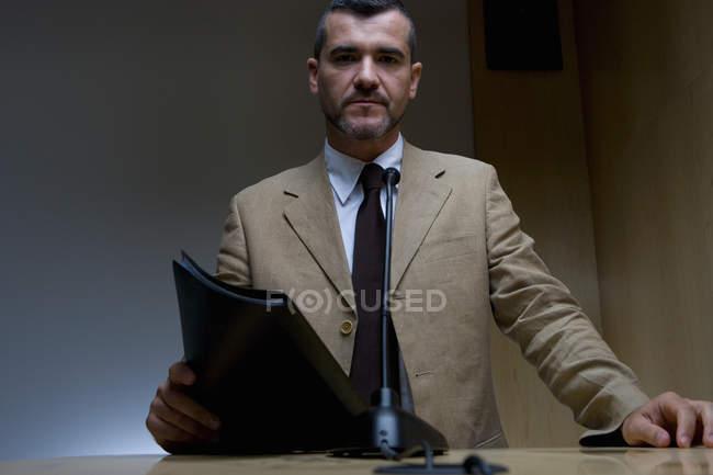 Vista frontal del empresario con carpeta dando discurso - foto de stock