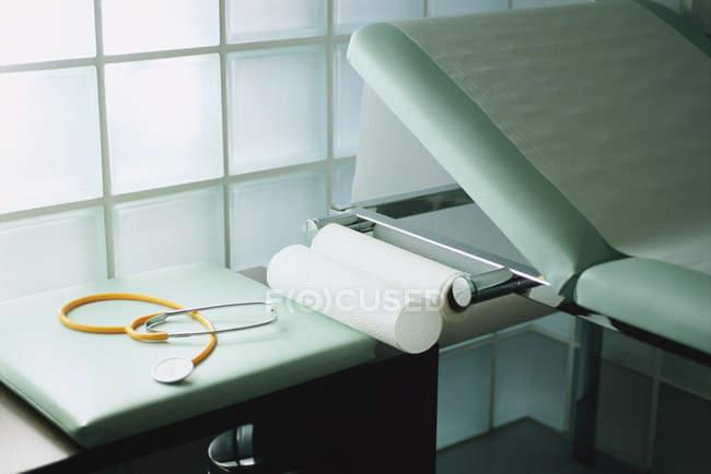Vue détaillée d'un stéthoscope sur une table à côté de la table d'examen — Photo de stock