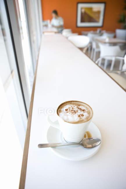 Vista di alto angolo di caffè in tazza bianca con sfondo sfuocato — Foto stock