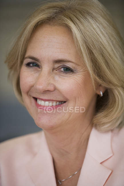 Front view of woman smiling and looking at camera — Stock Photo