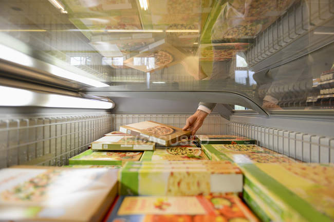 Man shopping in freezer section of organic grocery store — Stock Photo