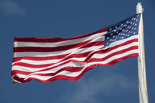 Американський прапор на Синє небо — стокове фото