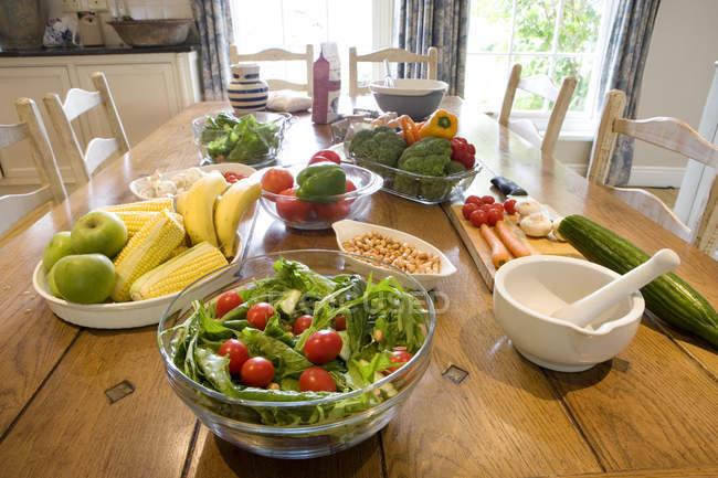 Свежий салат на обеденный стол — стоковое фото