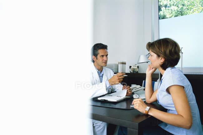 Médico falando com um paciente do sexo feminino — Fotografia de Stock